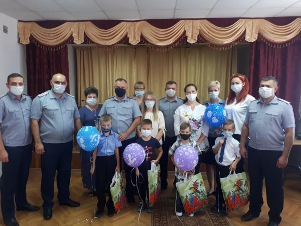 Первичные профсоюзные организации УФСИН поздравили первоклассников с началом учебного года